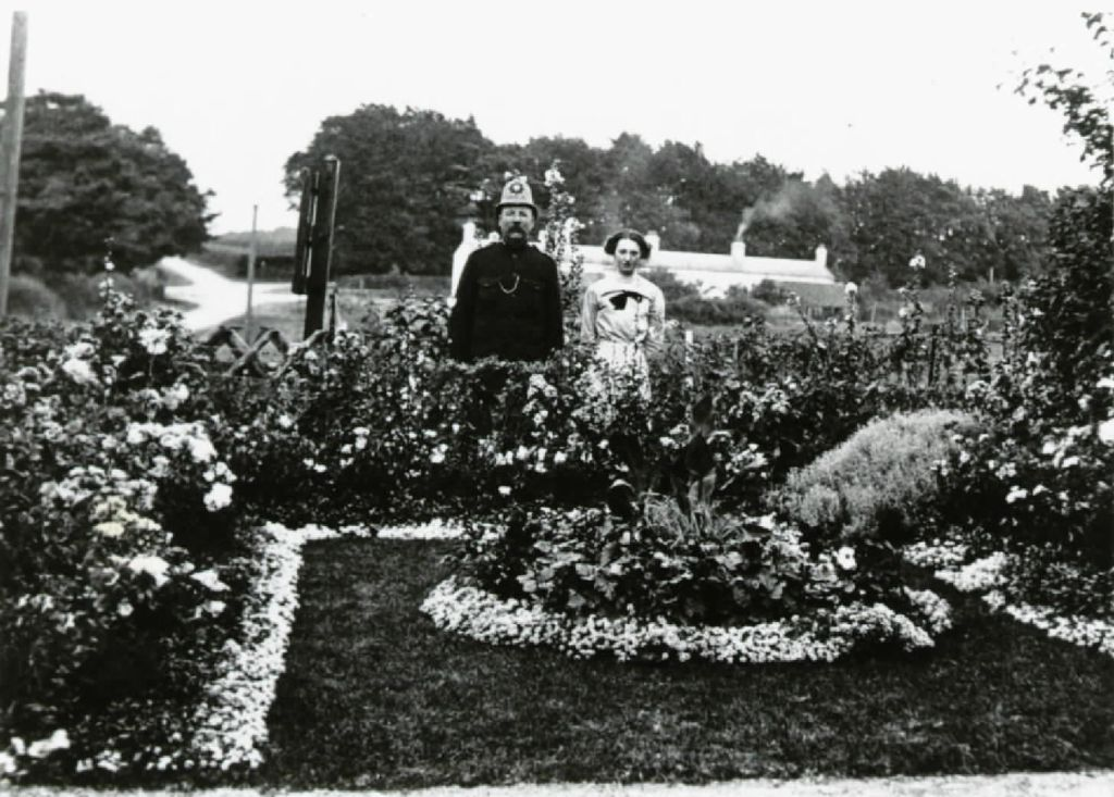 garden-of-chalk-cottages-towards-roundabout